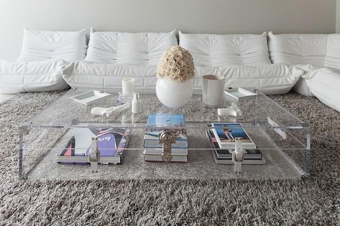 canapé-togo-design-blanc-autour-d'une-table-en-verre