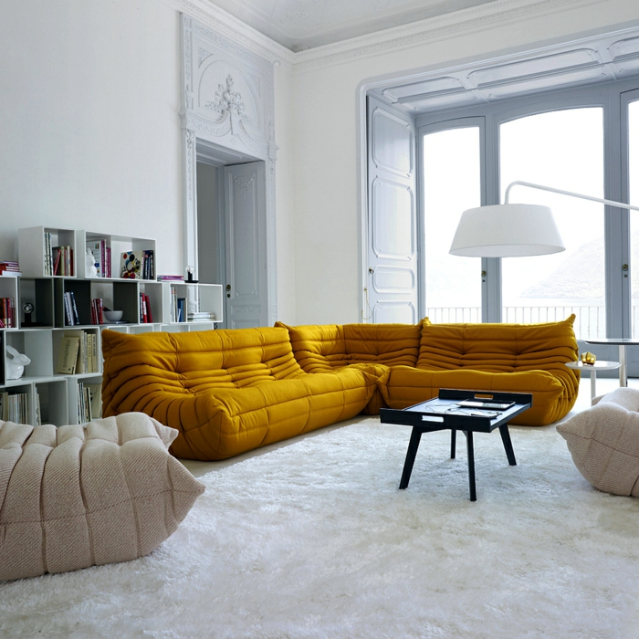 Les beaux decors avec le canape togo legendaire archzinefr for Tapis jaune avec canapé avec grande assise