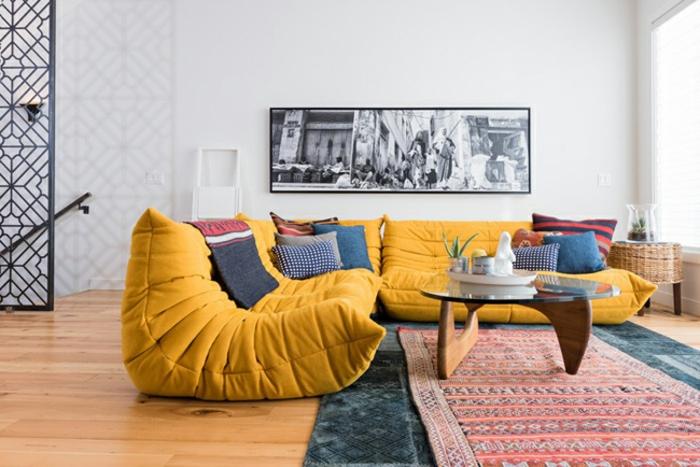 canapé-togo-jaunes-petite-table-en-bois-et-verre