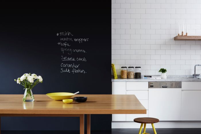 carrelage-mural-ardoise-tableau-ecolier-ardoise-deco-tableau-noir-aimanté-fleurs-vase-en-verre