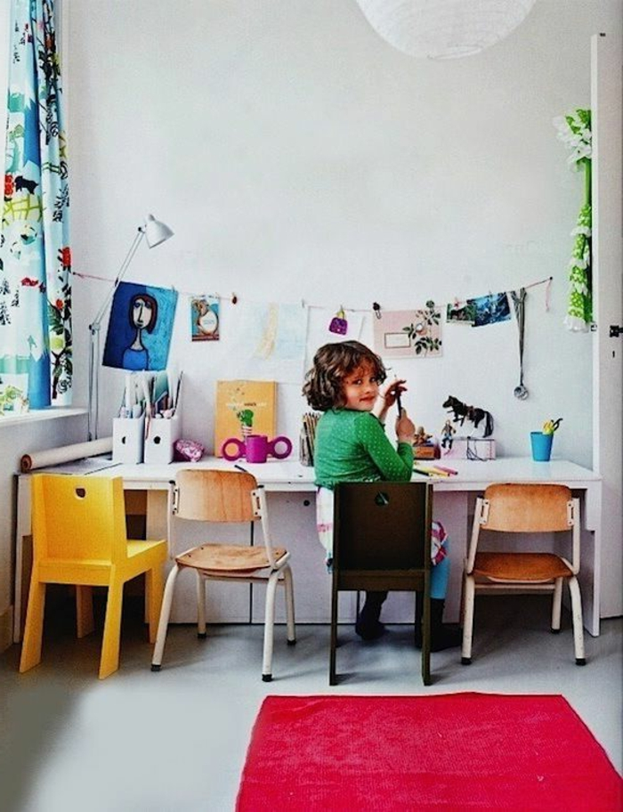 chaise-enfant-ikea-chambre-d-enfant-meubles-colorés-mur-blanc-avec-peinture-murale