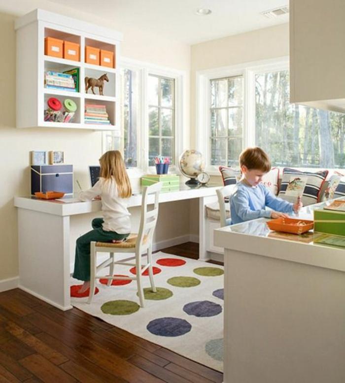 chaise-enfant-ikea-meubles-dans-la-chambres-d-enfant-parquette-foncé-tapis-a-points