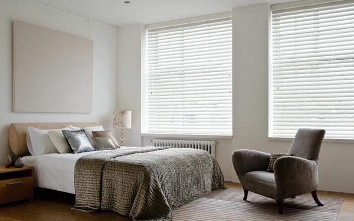 chambre-à-coucher-de-couleur-taupe-fauteuil-marron-foncé-couverture-de-lit-peinture-murale-mur-blanc