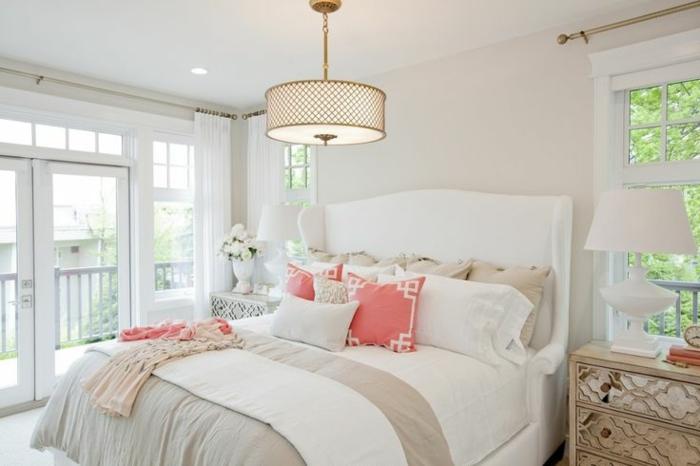 chambre-à-coucher-idéе-déco-chambre-parentale-lit-blanc-intérieur-blanc-linge-de-lit-de-couleur-taupe