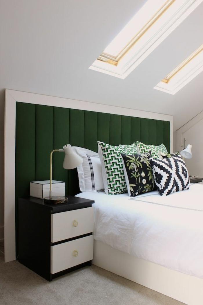 chambre-à-coucher-idéе-déco-chambre-parentale-lit-blanc-intérieur-sous-pente-mur-blanc-tete-de-lit-vert