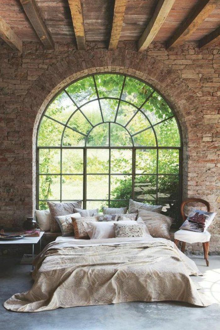 chambre-à-coucher-moderne-lit-couverture-de-lit-beige-fenetre-grande-meubles-dans-la-chambre-à-coucher