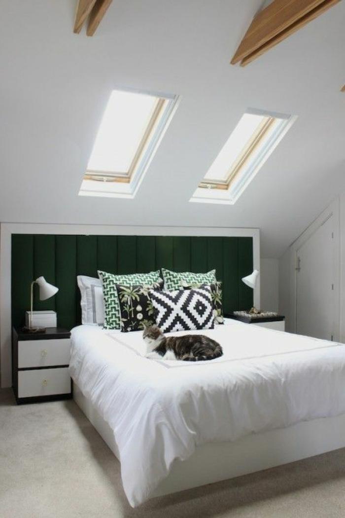 chambre-à-coucher-sous-pente-aménagement-de-combles-linge-de-lit-blanc-fenetre-surle-plafond-mansardé