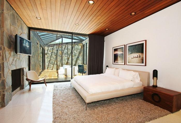 chambre-à-coucher-tapis-beige-sol-en-parquette-clair-lit-beige-peintures-murales