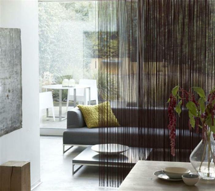 chambre-avec-séparateur-de-pièce-meuble-séparation-pièce-canapé-en-cuir-gris-salle-de-séjour