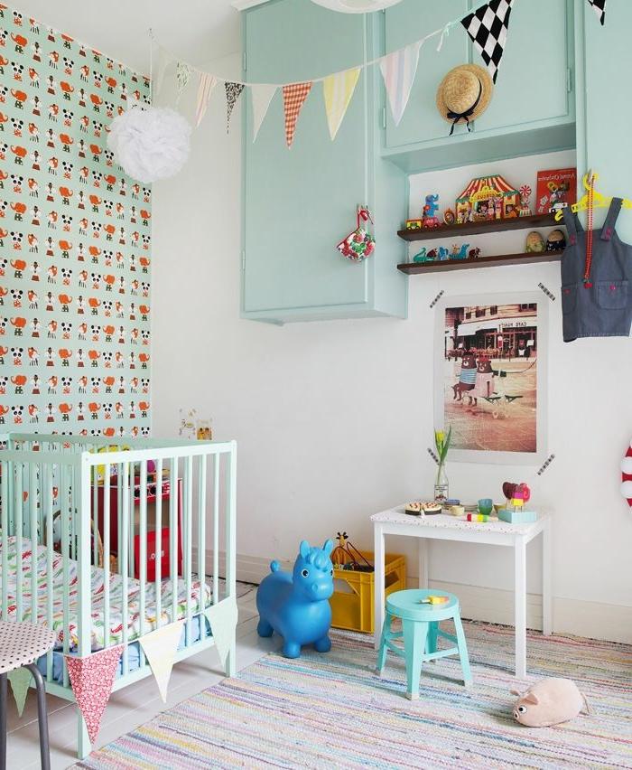 chambre-d-enfant-avec-une-chaise-de-bureau-enfant-chaise-de-breau-basse-lit-d-enfant-bebe