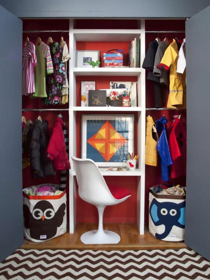 chambre-d-enfant-garçon-tapis-à-rayures-parquette-en-bois-clair-etagère-murale-en-bois