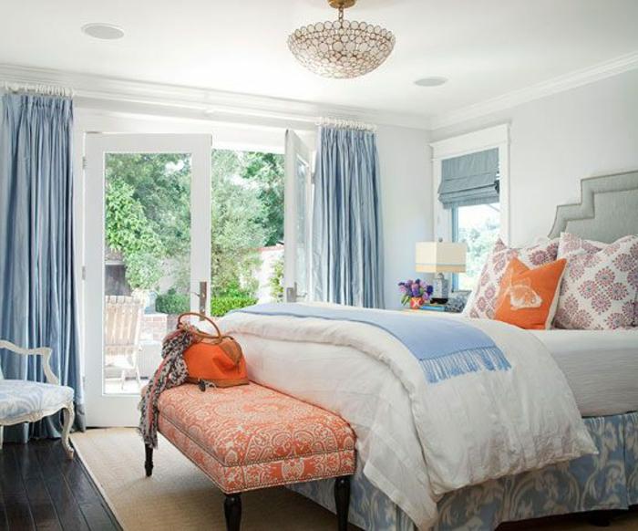 chambres-à-coucher-moderne-rideaux-bleus-lit-de-chambre-à-coucher-murs-blancs
