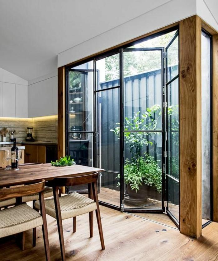 cloison-amovible-en-fer-et-verre-separer-la-cuisine-sol-en-bois-chaise-en-bois-massif-table-en-bois