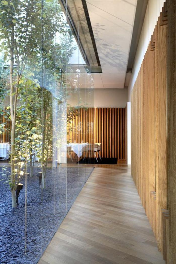 cloison-amovible-en-verre-séparation-d-intérieur-mur-en-bois-sol-en-parquete