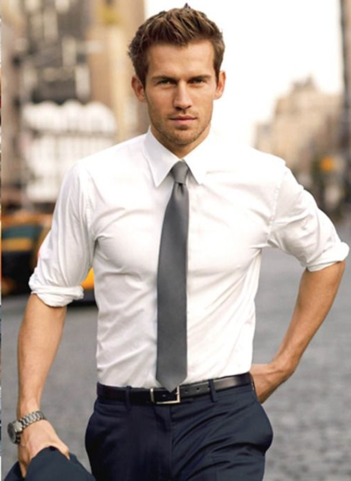 coiffure-élégant-homme-cheveux-blonds-chemise-blanche-pantalon-noir