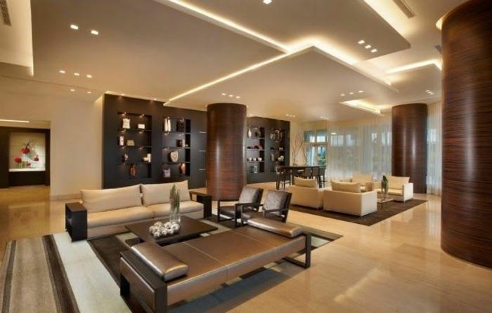 coment-faire-un-faux-plafond-dans-le-salon-de-couleur-taupe-canapé-marron-foncé-tapis-taupe