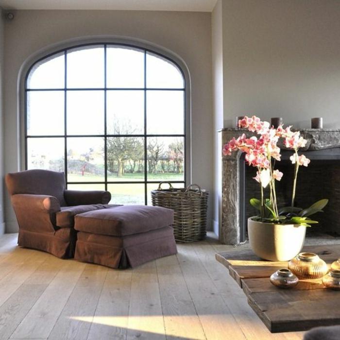 comment-aménager-son-salon-fauteuil-transformable-brune-vase-orchidée