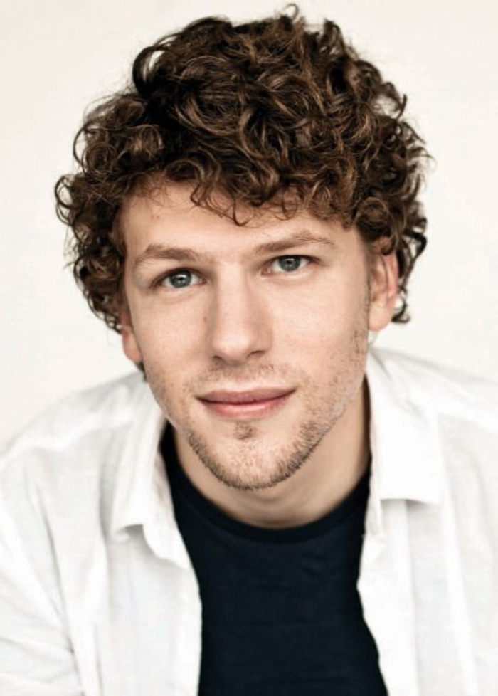 coupe-de-cheveux-homme-bouclé-yeux-marrons-t-shirt-tendances-dans-les-coiffures-hommes-yeux-bleus-coiffures-bouclé
