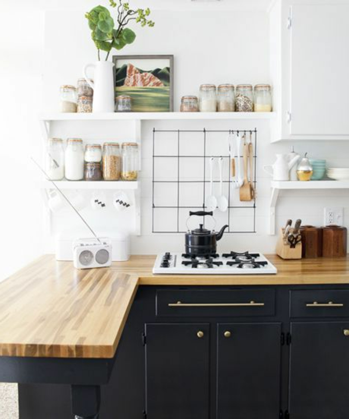 crédence-de-cuisine-en-bois-clair-meubles-de-cuisine-en-bois-mur-blanc-aménagement-de-cuisine
