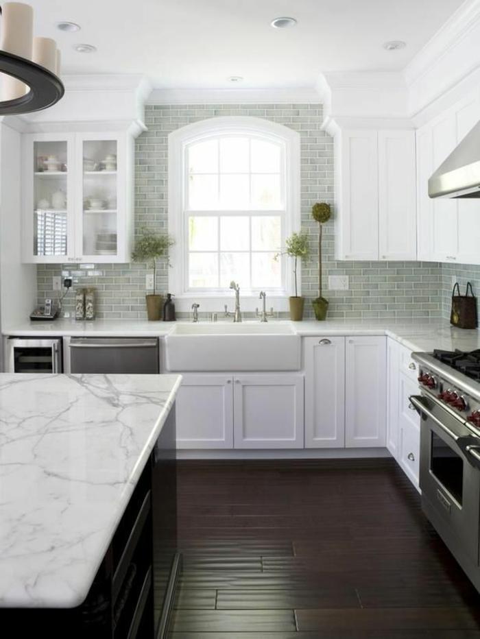 crédence-de-cuisine-en-marbre-blanc-meubles-de-cuisine-modernes-sol-en-parquette-foncé