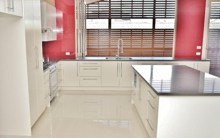 crédence-de-cuisine-gris-dans-la-cuisine-blanche-meubles-de-cuisine-moderne-elegante-cuisine-carrelage-beige