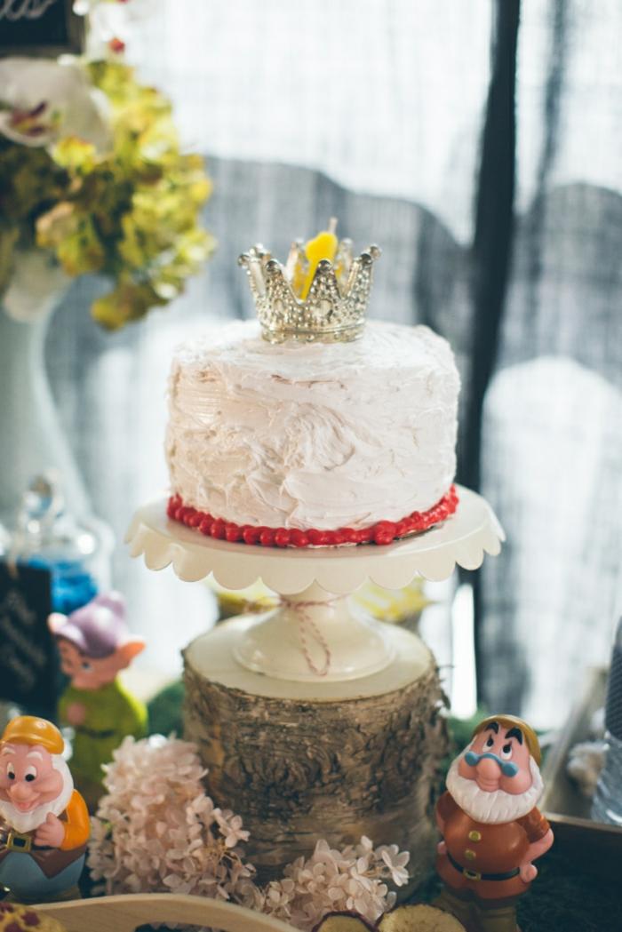 déco-table-anniversaire-enfant-blanche-neige-et-les-sept-nains-princesse-et-son-gateau