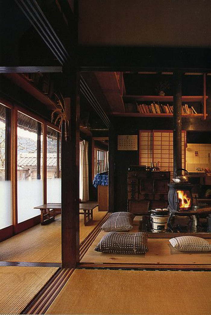 décoration-asiatique-intérieur-japonais-tapis-en-rotin-vaste-chambre-plafond-en-bois-foncé