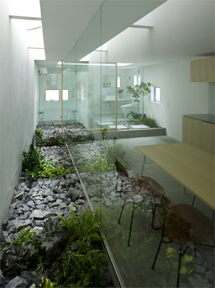 décoration-asiatique-intérieur-japonais-terrarium-plantes-vertes-mur-en-verre-maison-vaste-meubles