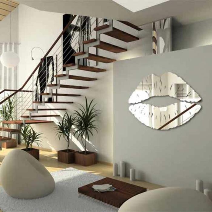 décoration-avec-miroir-en-forme-de-levres-plantes-vertes-dans-le-salon-moderne-escalier-d-intérieur