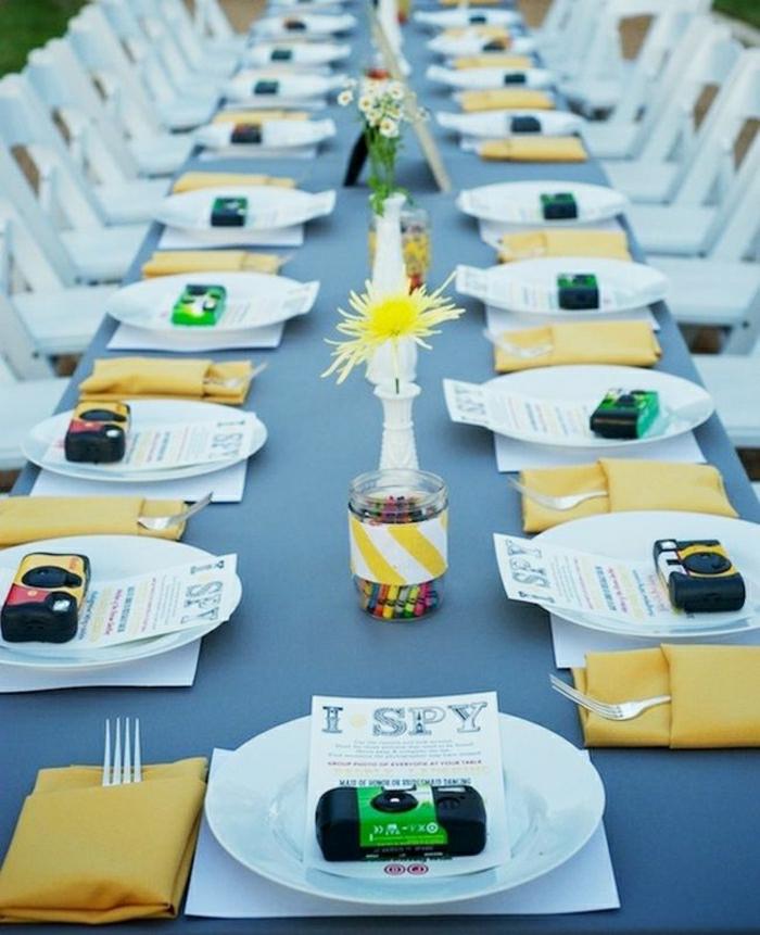décoration-de-table-anniversaire-avec-set-de-table-en-plastique-et-nappe-de-table-bleu