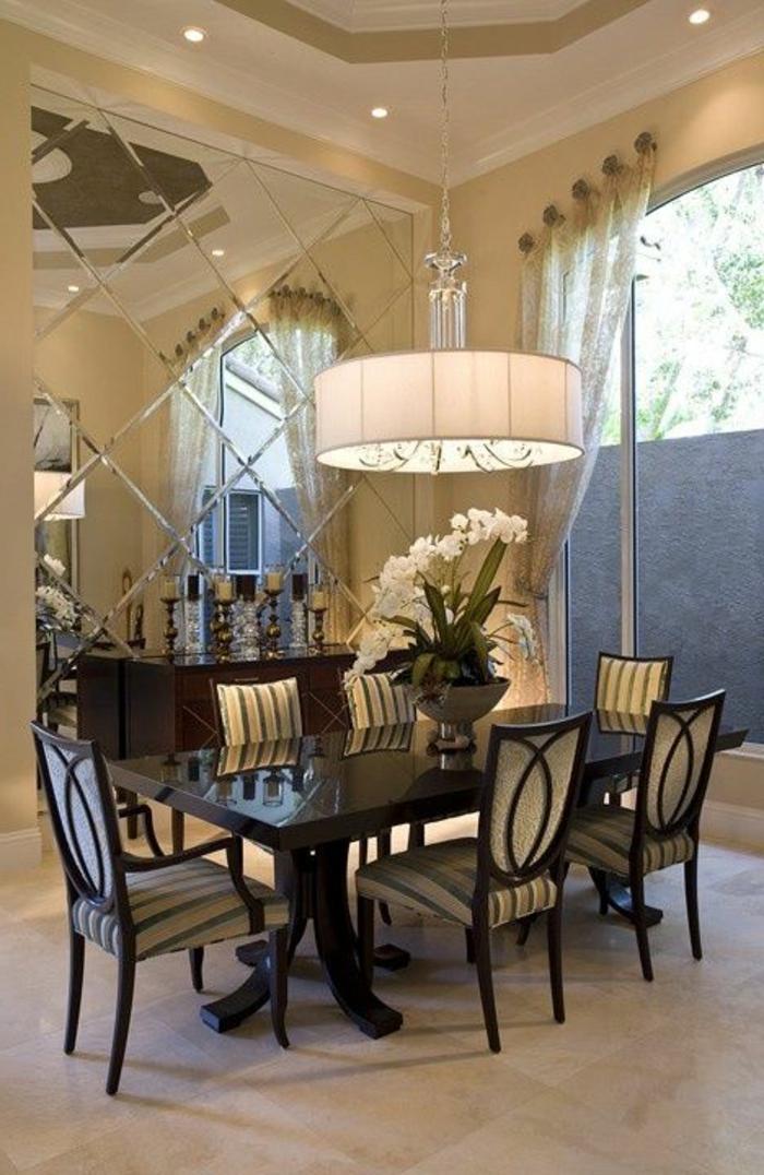décorer-la-salle-de-séjour-avec-un-miroir-décoratif-mur-en-miroir-chaises-et-table-en-bois-foncé