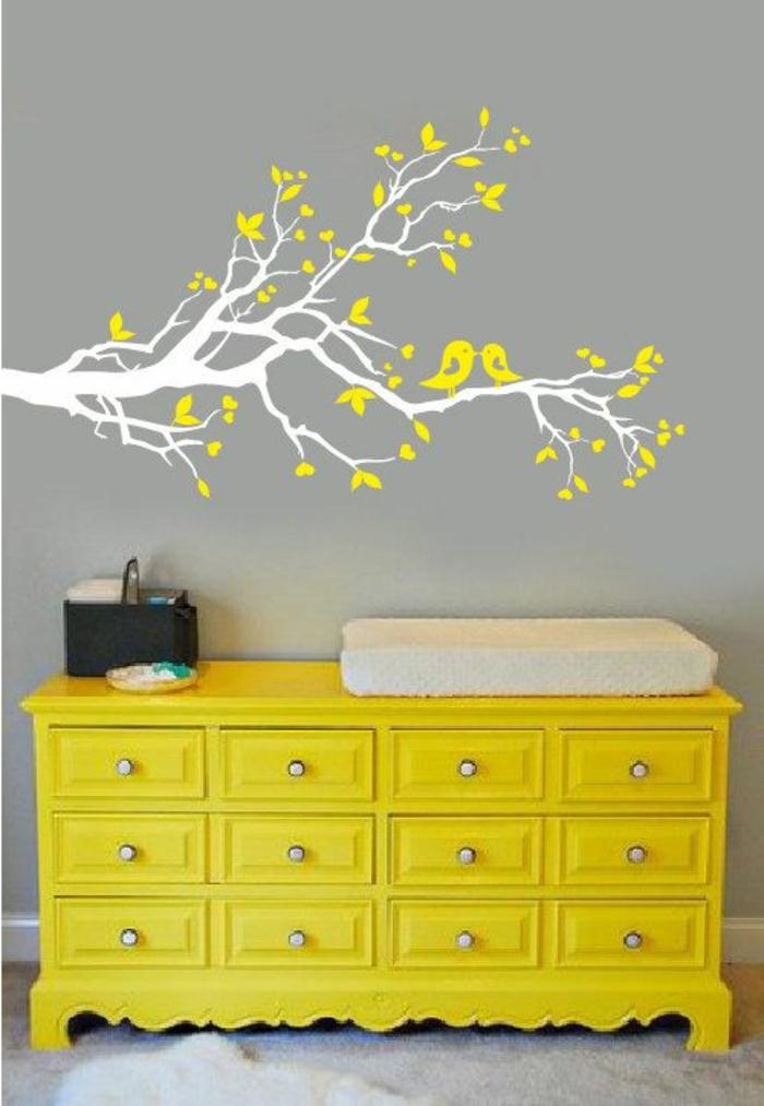 décorer-les-murs-avec-stickers-muraux-arbre-comment-décorer-sa-chambre-meuble-jaune