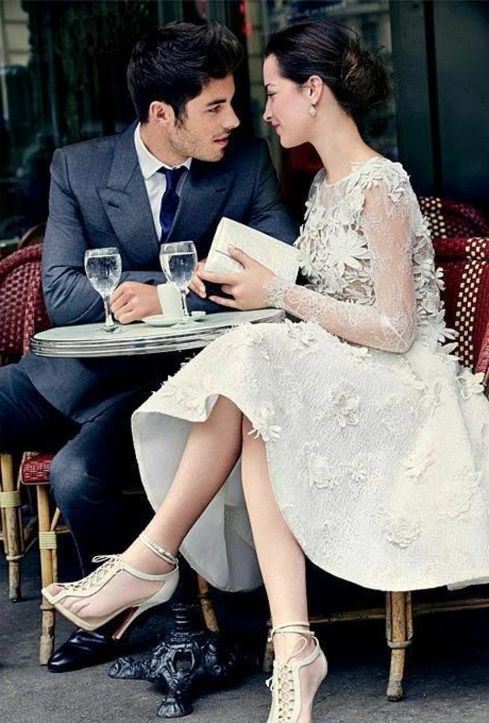 de-la-robe-fiancailles-robe-de-fiancaille-idée-inspiration-blanche-robe-chaussures-talon-sac-a-main-couple