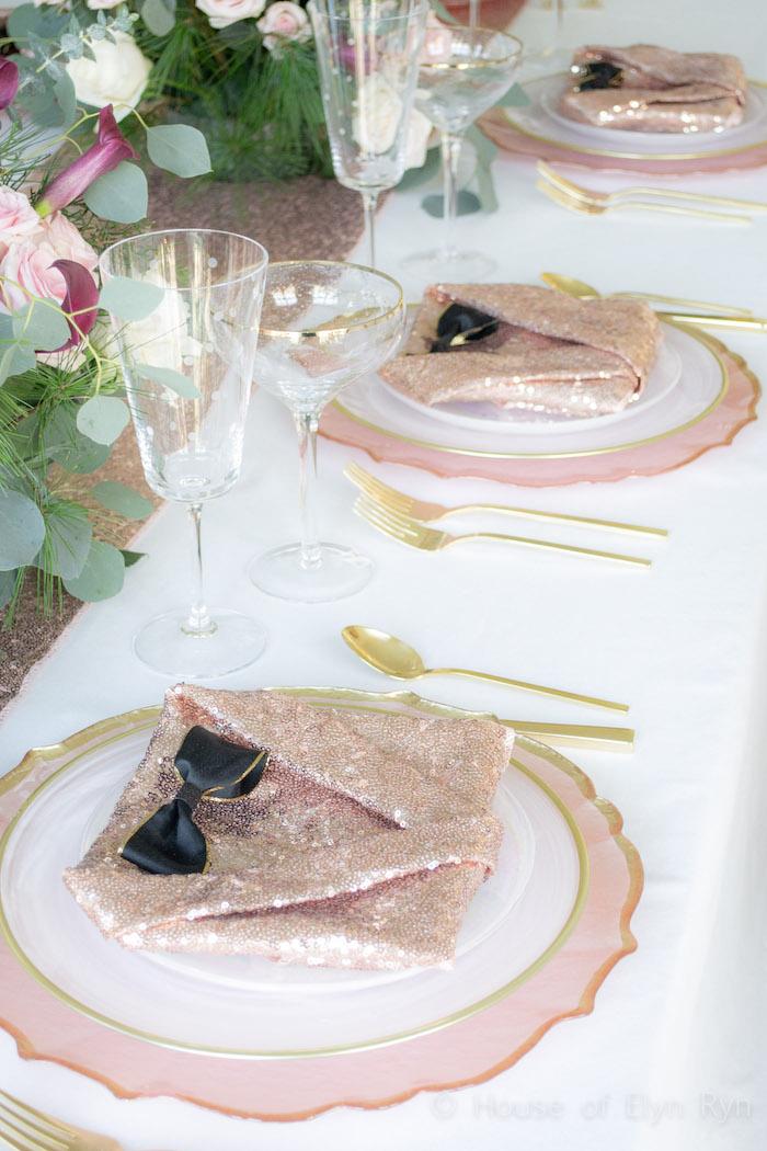 pliage serviette chic et facile, serviette en forme de costume rose pailleté paré de noeud de papillon noir