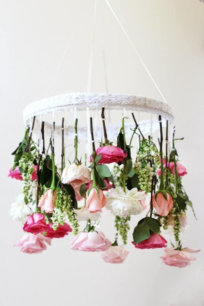 deco-salle-de-mariage-location-deco-mariage-fleurs-roses-polilée-lustre-originale-avec-roses