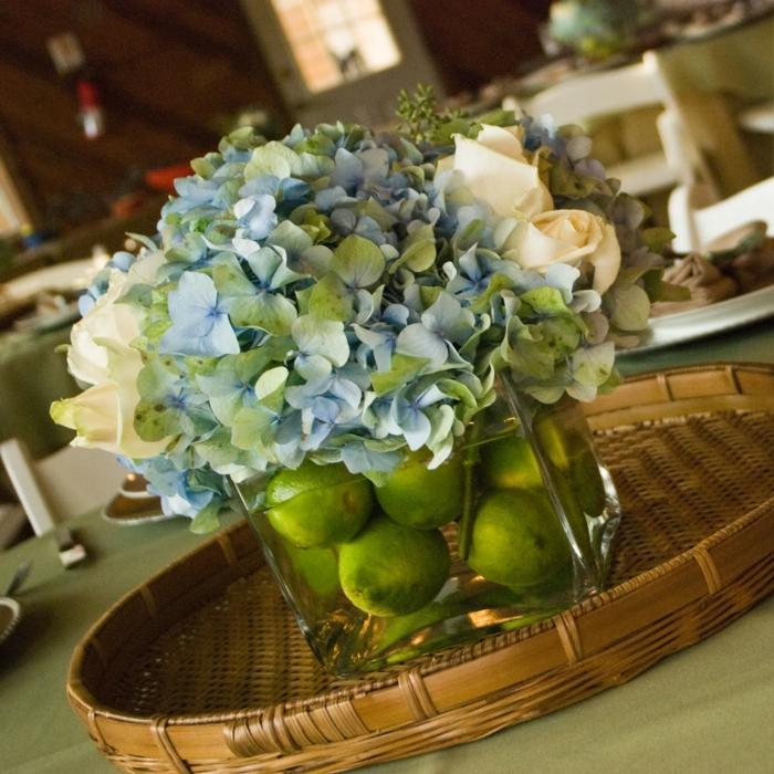 deco-salle-de-mariage-location-deco-mariage-originale-avec-citrons-limes-vert-fleurs-table-restaurant