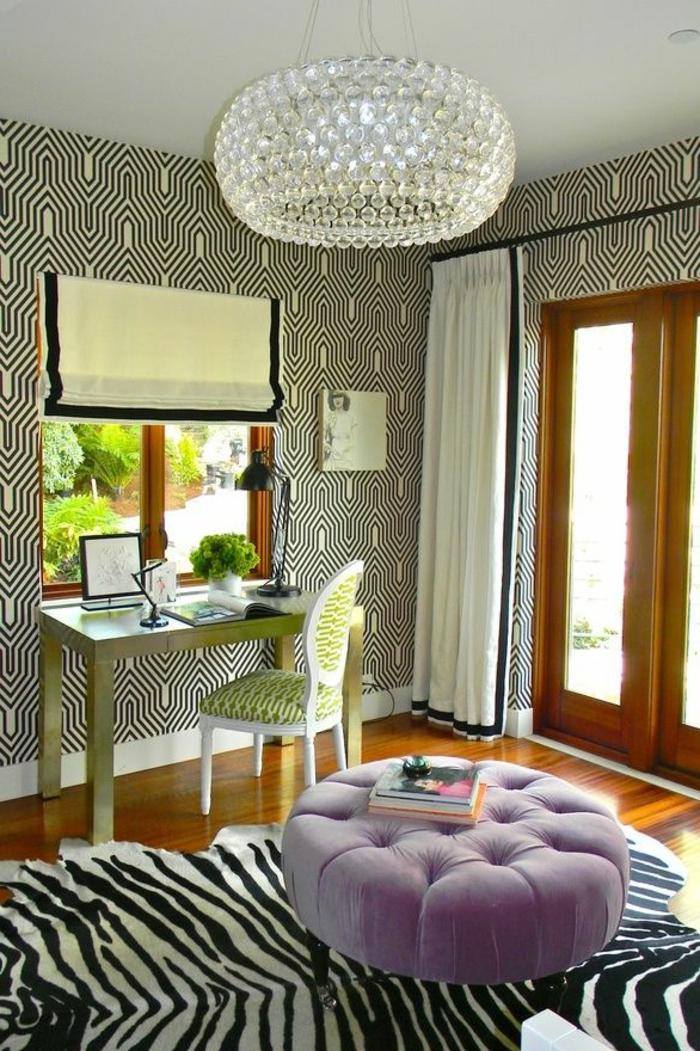 deco-zebre-dans-la-chabre-lustre-en-crystal-mur-blanc-noir-coin-de-travail-domicile-chaise-de-bureau