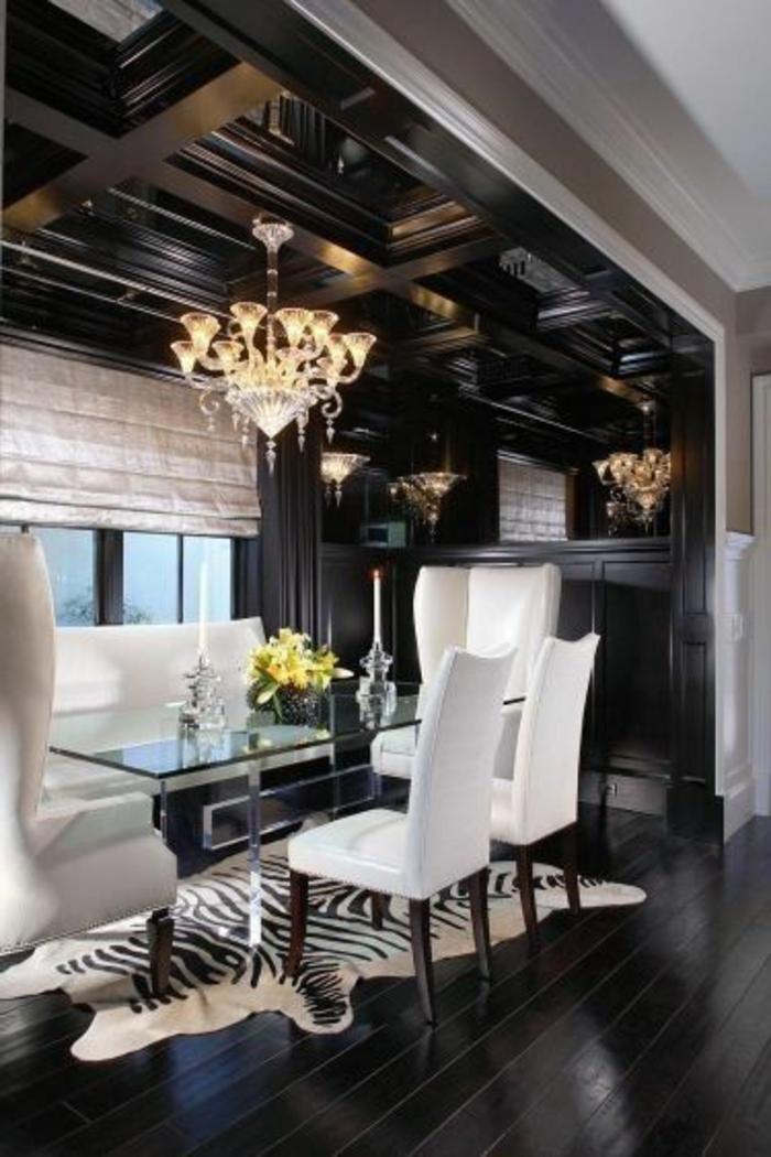 deco-zebre-tapis-160-230-lustre-baroque-plafond-en-bois-foncé-fleurs-sur-la-table-plateau-en-verre