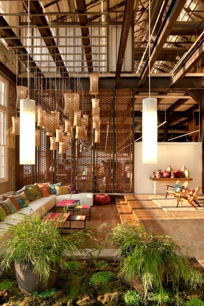 decoration-chinoise-meubles-bois-coussins-décoratifs-colorés-plante-verte-lustre-en-rotin-plantes-vertes