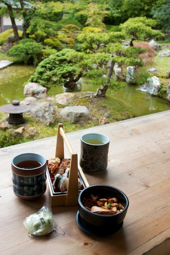 decoration-chinoise-table-en-bois-clair-arbres-verts-objets-decoratifs-japonaises-idee