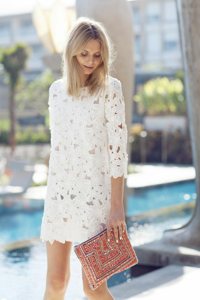 dentelle-robe-blanche-en-courte-dentelle-au-bord-de-la-mer-belle