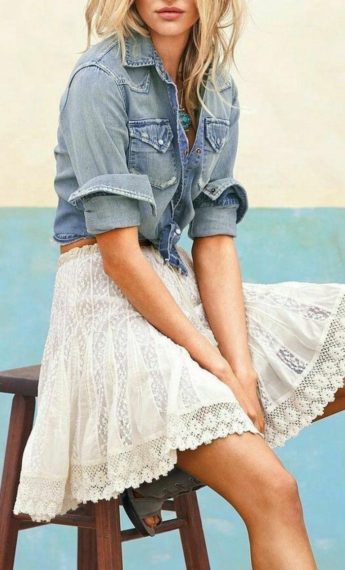 dentelle-robe-blanche-en-courte-dentelle-au-bord-de-la-mer-bleu-denim