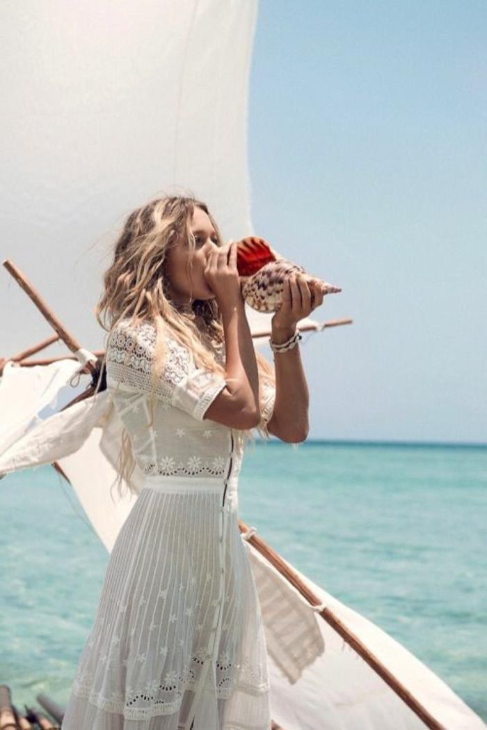 dentelle-robe-blanche-en-courte-dentelle-au-bord-de-la-mer-blonde-boucle-longue-robe-ete