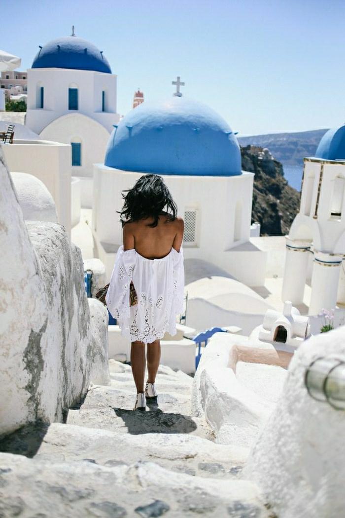 dentelle-robe-blanche-en-courte-dentelle-au-bord-de-la-mer-grece