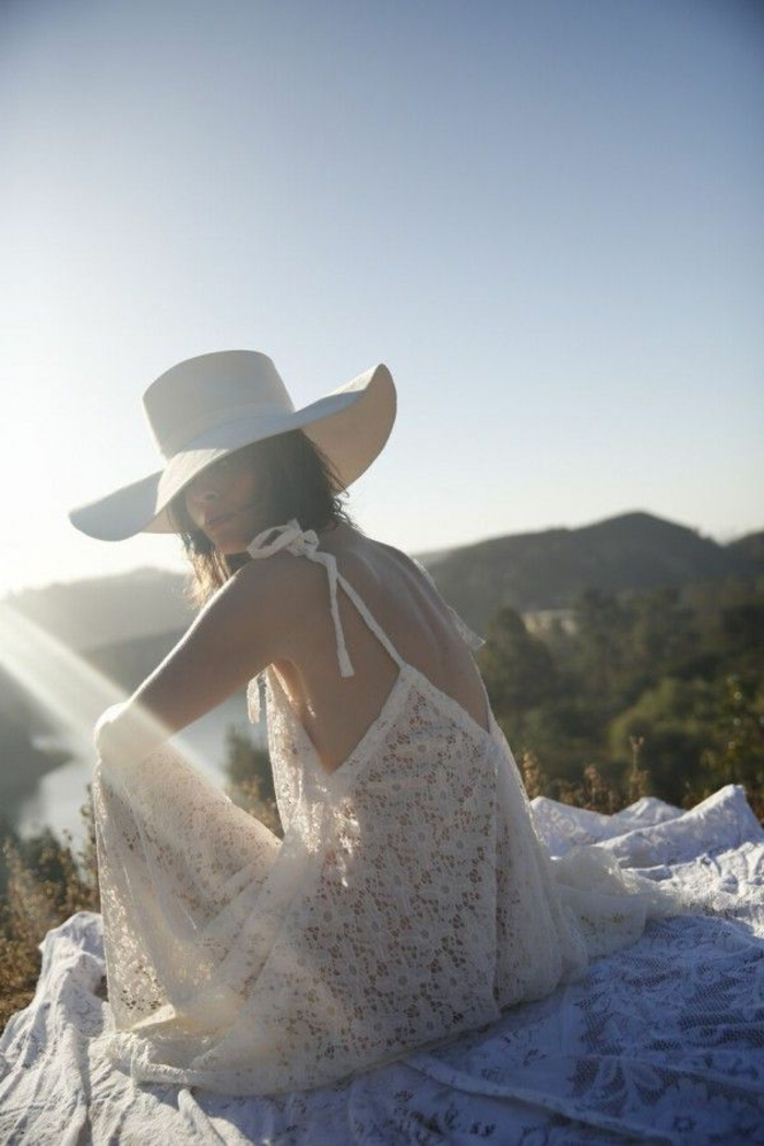 dentelle-robe-blanche-en-courte-dentelle-au-bord-de-la-mer-lac
