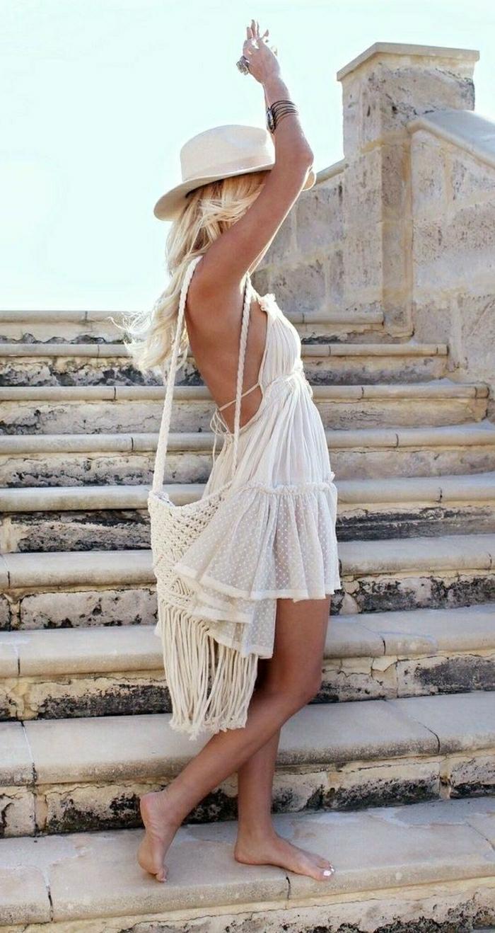 dentelle-robe-blanche-en-courte-dentelle-au-bord-de-la-mer-sur-escaliers