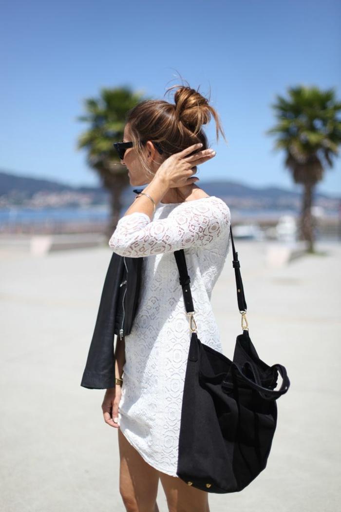 dentelle-robe-blanche-en-courte-dentelle-au-bord-de-la-mer-veste-cuir