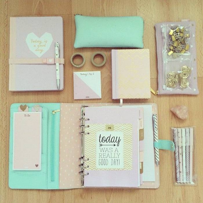 des-choses-nécessaires-pour-l-education-école-school-supplies-cahiers-crayons-organiser-cool-resized
