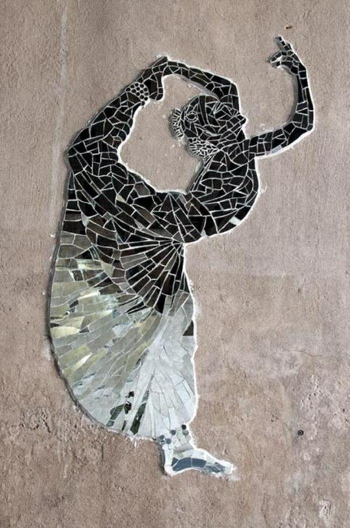 design-miroir-en-forme-de-fille-qui-dense-miroir-décoratif-pour-les-murs-beiges