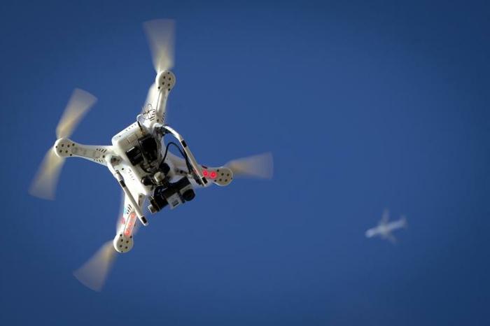 drone-télécommandé-un-drone-volant-sous-un-avion